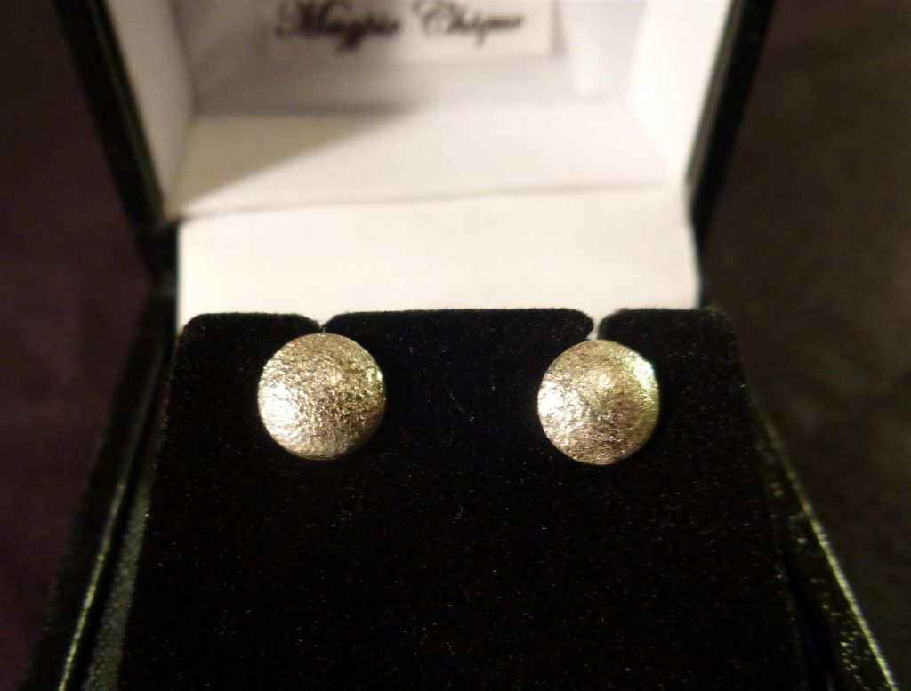 LS01 Liz Simmons Silver reticulated domed studs 6.5mm