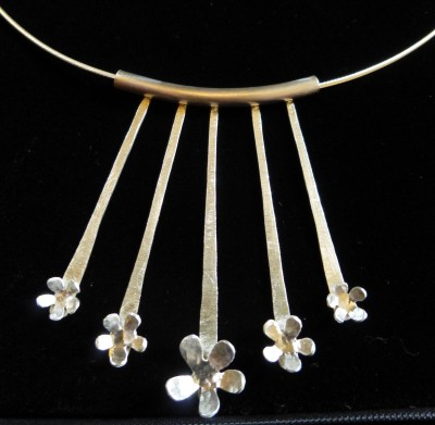 Item 01 flower necklet