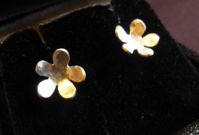 Item 04 silver flower stud earrings medium