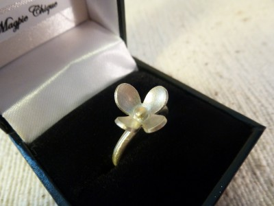 Item 07 silver and gold flower ring